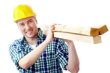 Retrato de un trabajador alegre en casco con madera