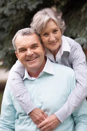 abuelos: Retrato de una feliz pareja senior abrazar