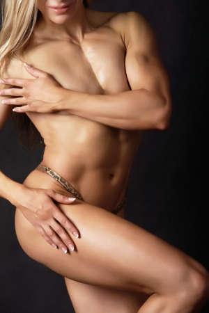 musculoso: Una fisicoculturista de mujer mostrando su cuerpo muscular
