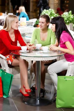 donna che beve il caff�: Tre giovane donna a bere il caff� nel cafe