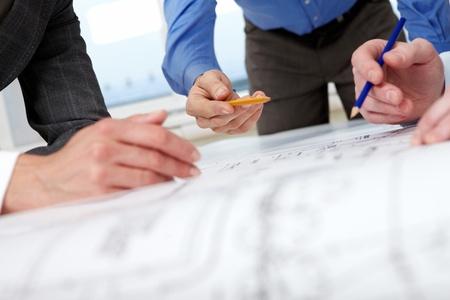 ingeniero: Primer plano de manos con l�pices en un proyecto