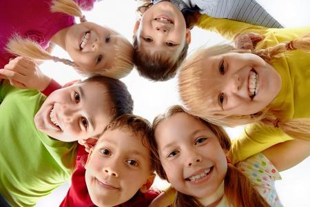 girotondo bambini: Immagini di bambini felici che rappresenta la giovent� e divertimento Archivio Fotografico