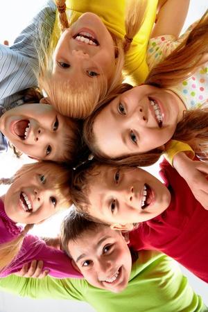 girotondo bambini: Team di bambini felici abbracciati  Archivio Fotografico