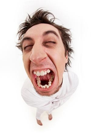 gente loca: Tiro de ojo de pescado de gritando loco hombre en camisa de fuerza en aislamiento