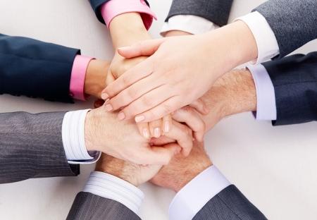 integridad: Imagen de gente de negocios de manos por encima de otros que simboliza el apoyo y poder Foto de archivo