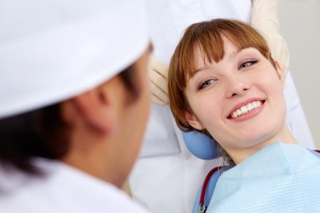 visits: Imagen de sonre�r paciente mirando el dentista Foto de archivo