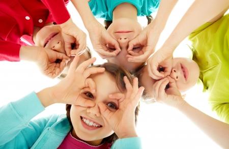 niÑos contentos: Imagen de niños felices que representa a la juventud y diversión