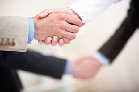 poign�es de main: Photo of business handshakes in line  Banque d'images