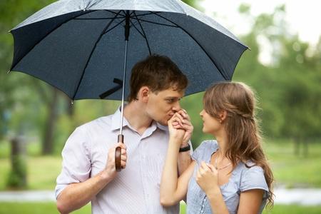 people kissing: Portrait de jeune homme baisers girl?s main sous �gide de plein air