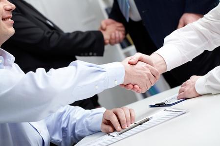 manos unidas: Estrechar la mano de gente de negocios