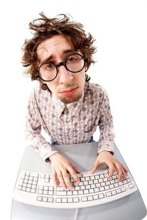 zerzaust: Fisheye-Aufnahme eines zerzausten ungl�cklichen Menschen, die Eingabe �ber die Tastatur