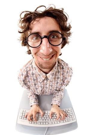 Fish-eye shot van een lachende warrige nerd typen op het toetsenbord
