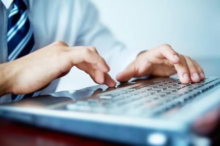 klawiatura: Makro z rąk płci męskiej pisania na klawiaturze laptopa