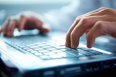 computadora: Primer plano de escribir manos masculinas