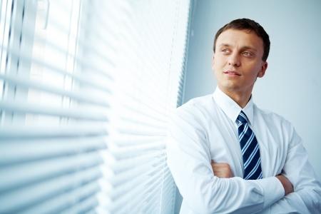 so�ando: Retrato de un hombre de negocios en la ventana