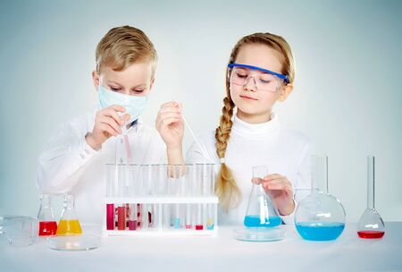 medical attention: Dos ni�os haciendo experimentos qu�micos  Foto de archivo