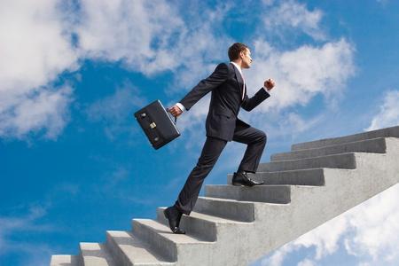 Afbeelding van vertrouwen zakenman met werkmap lopen boven