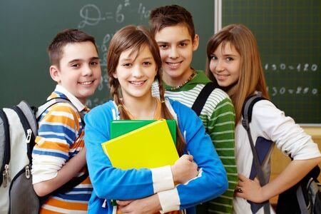 adolescentes estudiando: Retrato de adolescentes felices mirando la c�mara con una sonrisa