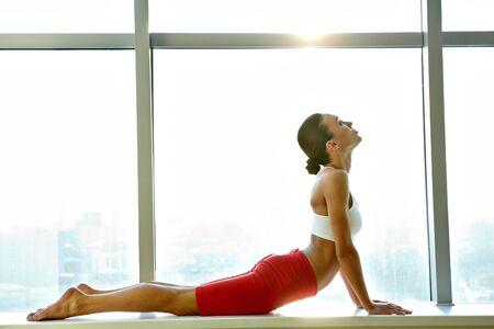 motion: Porträtt av ung sportig tjej gör stretching övning Stockfoto