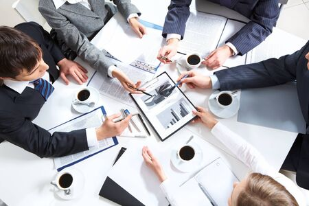 comunicarse: Por encima de la vista del equipo de negocios discutir documentos