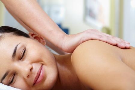 tratamientos corporales: Retrato de mujer joven disfrutando el procedimiento de masaje Foto de archivo