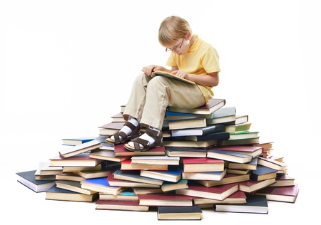diligente: Retrato de alumno diligente sentado encima de libros y lectura