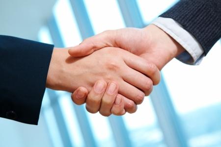 manos unidas: Foto del apret�n de manos de socios despu�s deal