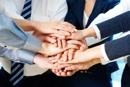 compa�erismo: Imagen de asociados de negocios de manos en la parte superior de otro simboliza la unidad y la compa��a Foto de archivo