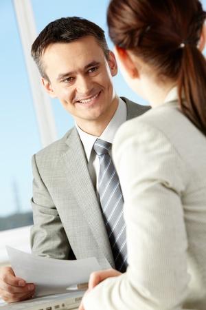 amigas conversando: Empresario inteligente explicando algo a su colega en la Oficina