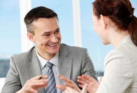 amigas conversando: Empresario inteligente y su colega interactuando en Oficina Foto de archivo
