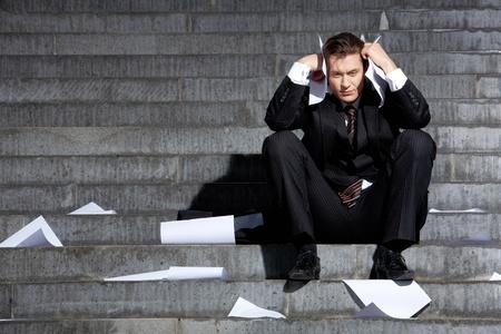 Portret van ongelukkige zakenman in een depressie te raken met zijn hoofd in verdriet Stockfoto