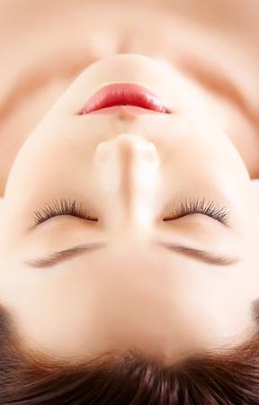 gezichtsbehandeling: Gezicht van kalm vrouwelijke voordat procedure voor gezichtsmassage