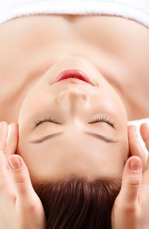 tratamiento facial: Cara de mujer bastante durante el procedimiento de masaje facial Foto de archivo