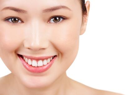 visage: Cara sonriente mujer asi�tica sobre fondo blanco Foto de archivo