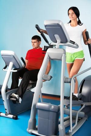 hombres haciendo ejercicio: Imagen de chica hermosa en aparatos de entrenamiento en sport club