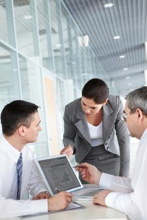 reunion de trabajo: Un equipo de negocios de tres trabajo en la Oficina de planificaci�n Foto de archivo