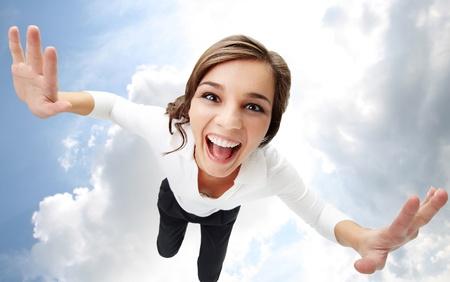 ni�a gritando: Gran �ngulo visi�n de una chica gritando con nubes sobre fondo
