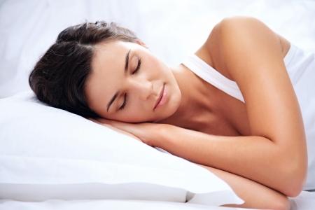 durmiendo: Retrato de una joven que dormir sobre una almohada Foto de archivo