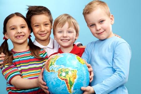 holding globe: Gruppo di ragazzi adorabili e la ragazza con il globo