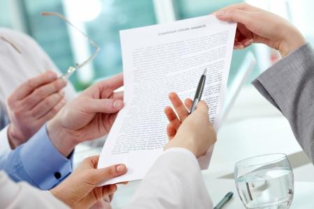 revisando documentos: Imagen de manos humanas durante la discusi�n del papel
