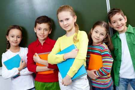 ni�o escuela: Retrato de cinco alumnos mirando la c�mara en el aula