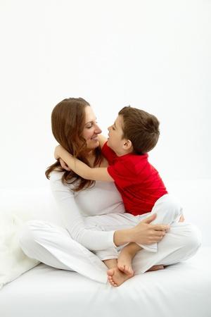familia abrazo: Familia de madre e hijo teniendo buen tiempo en casa