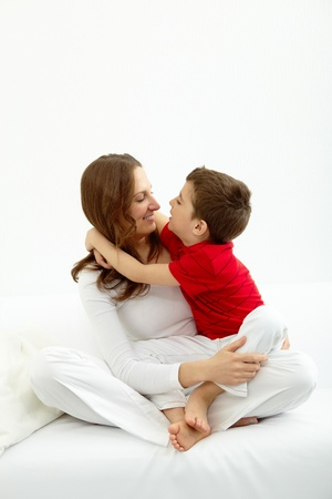 madre hijo: Familia de madre e hijo teniendo buen tiempo en casa