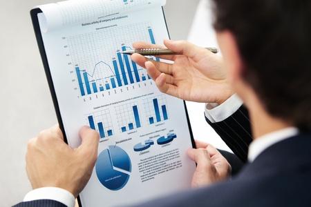 planeaci�n: Imagen de una mano apuntando en papel durante la explicaci�n