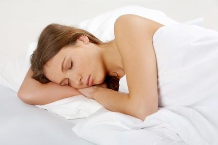 one sheet: Ritratto di una giovane ragazza dorme su un cuscino