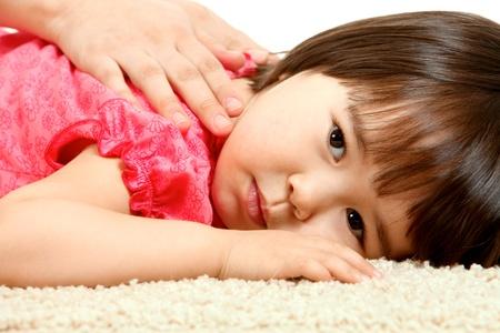 massage enfant: Portrait de petite fille relaxante avec expression sereine