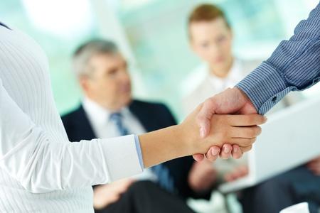 negotiation: Foto de apret�n de manos de los socios comerciales despu�s de la sorprendente cantidad