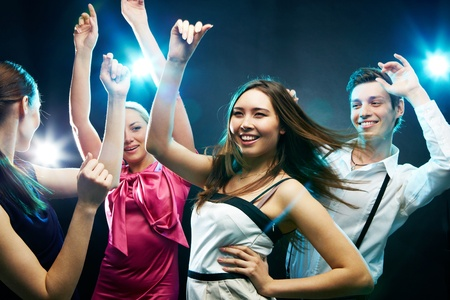 chicas bailando: Cuatro j�venes bailando con energ�a