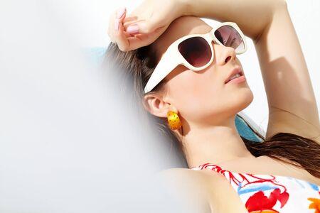 aretes: Primer plano de una cara joven girl?s tomar el sol
