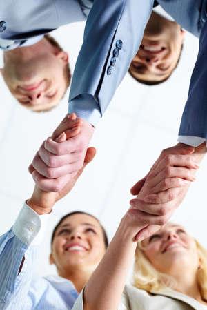 stimme: Zwei Paare von erfolgreichen Associates Handshaking nach dem schlagen Deal mit Partnern Lizenzfreie Bilder